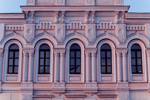 Gevel van het historische gebouw. cental europe stijl.