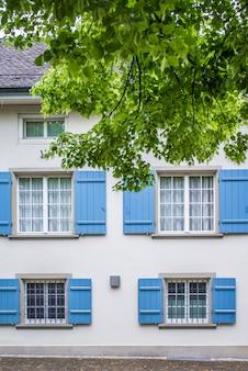 Gevel van het huis, ramen met luiken