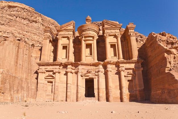Gevel van het klooster in petra, jordanië