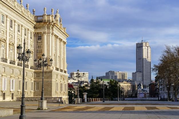 Gevel van het koninklijk paleis van madrid bij dageraad, spectaculaire bouwresidentie van koningen. spanje.