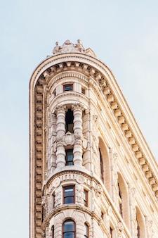 Gevel van het oude gebouw met sculpturen