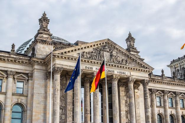 Gevel van het reichstag-gebouw in berlijn