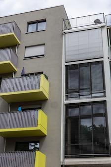 Gevel van huizen in de wijk friedrichshain in berlijn duitsland