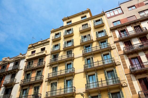 Gevel van klassiek woongebouw in barcelona, spanje