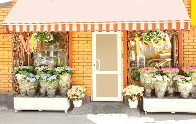 Gevel van mooie bloemenwinkel op zonnige dag