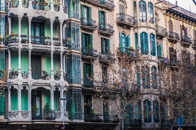 Gevels van appartementen in straten van barcelona.
