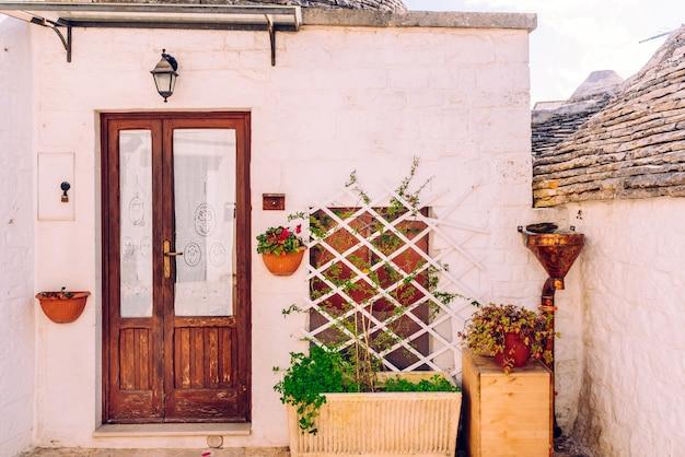 Gevels van oude italiaanse mediterrane huizen in bari geschilderd in kleuren.