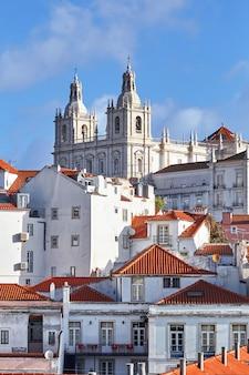 Gevels van verschillende gebouwen in lissabon portugal