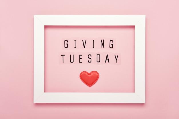 Geven van dinsdag sms-bericht en rode harten in wit frame. wereldwijde dag van liefdadigheidsacties na black friday-winkeldag