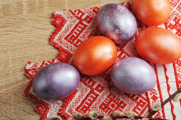 Geverfde eieren voor pasen in rode en parelmoerkleur
