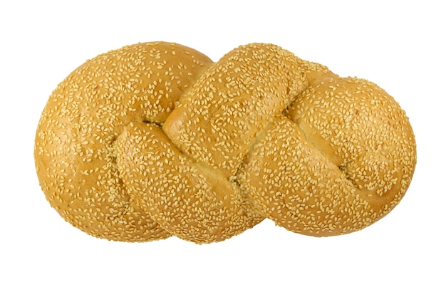 Gevlochten broodje met sesam geïsoleerd op een witte ondergrond
