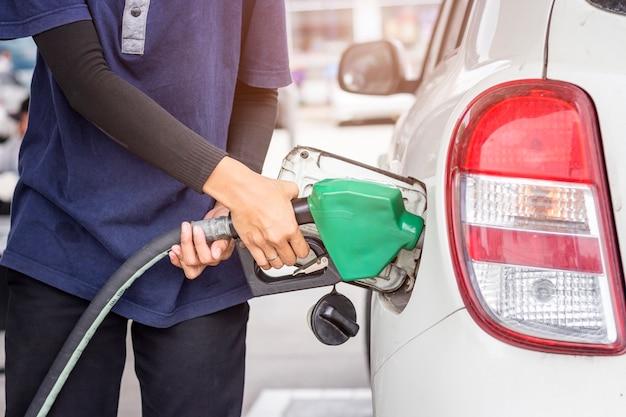 Gevoed door auto's in het benzinestation.