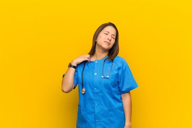 Gevoel gestrest, angstig, moe en gefrustreerd, shirt nek trekken, op zoek gefrustreerd met probleem geïsoleerd tegen gele muur