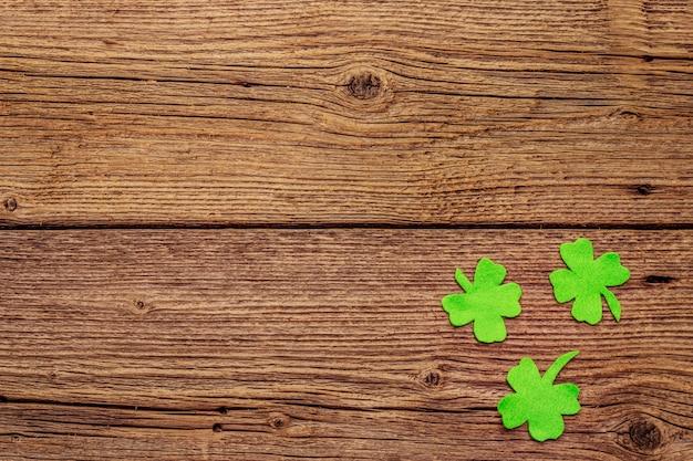 Gevoelde klaverbladeren op oude houten achtergrond. veel geluk symbool, st.patrick's day concept