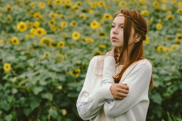 Gevoelig portret van een roodharig meisje, gekleed in een vintage stijl