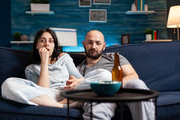 Gevoelig verdrietig paar kijken naar dramafilm Premium Foto