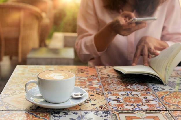 Gevoelige focus koffie en de levensstijl van de vrouw