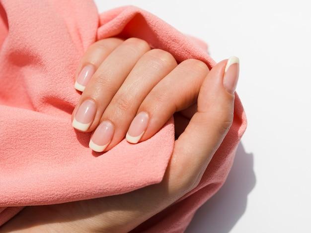 Gevoelige vrouwenhand die zachte stof houdt