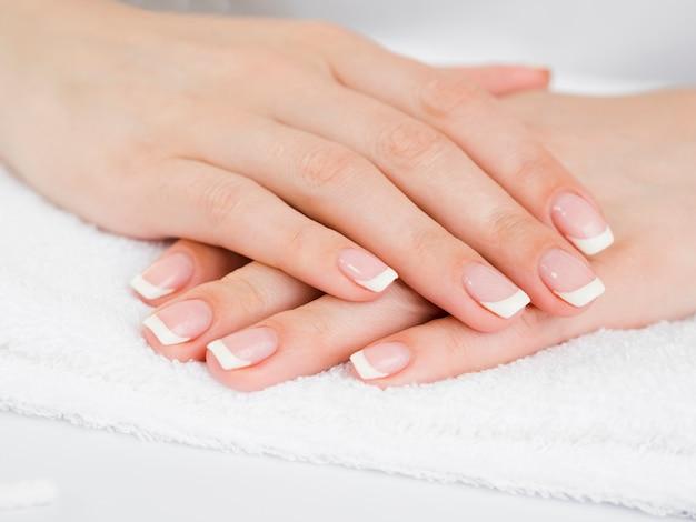 Gevoelige vrouwenhanden op handdoek
