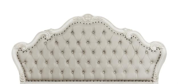 Gevormd pastel beige kleur zacht getuft lederen capitone bed hoofdeinde van chesterfield stijl bank met gesneden houten frame, geïsoleerd op een witte achtergrond, vooraanzicht