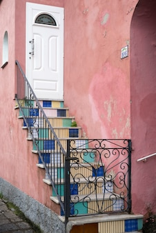 Gevormde trap bij huis, ischia island, campania, italië