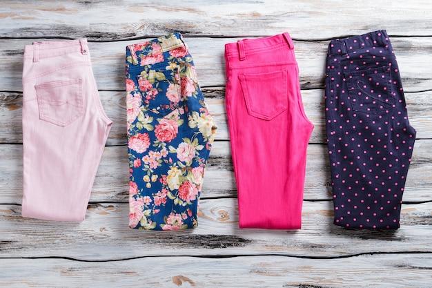 Gevouwen broek van verschillende kleur. donkerblauwe en roze broek. speciale prijzen voor nieuwe artikelen. kwaliteitsgoederen op winkel showcase.