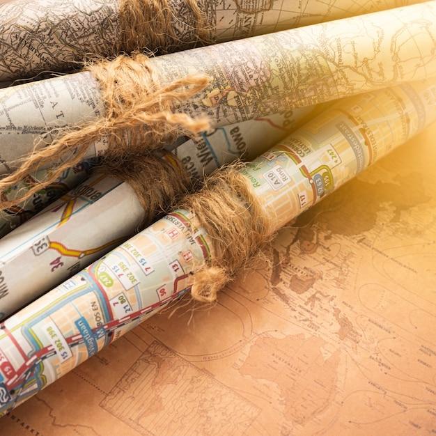 Gevouwen kaarten op een oude kaartachtergrond