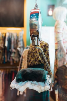 Gevouwen kleding op de weegschaal bij kledingwinkel