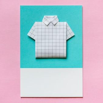 Gevouwen shirt origami papier vaartuig