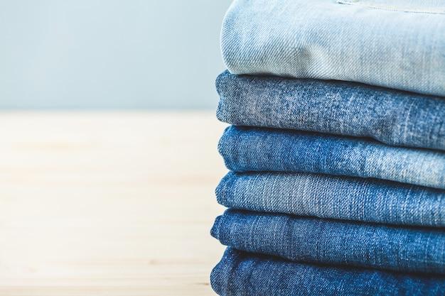 Gevouwen spijkerbroek op een lichte achtergrond kopieer spase