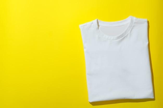 Gevouwen sweatshirt op geel oppervlak