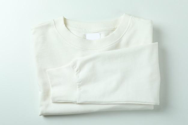 Gevouwen sweatshirt op wit oppervlak