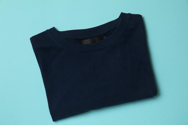 Gevouwen t-shirt op blauw, bovenaanzicht