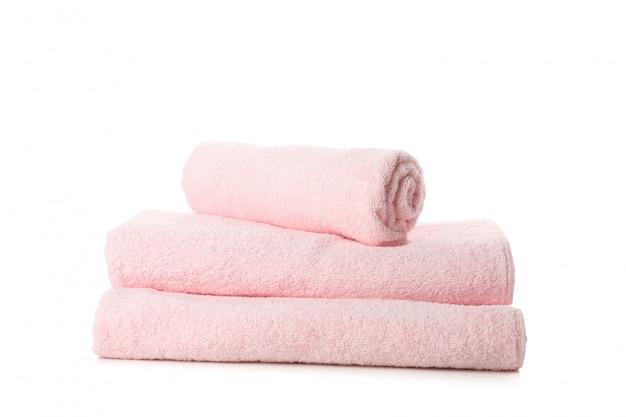 Gevouwen verse roze handdoeken die op wit worden geïsoleerd