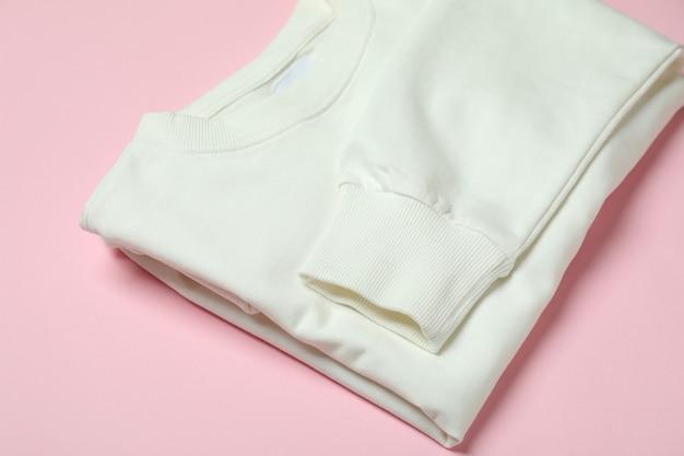Gevouwen wit sweatshirt op roze achtergrond