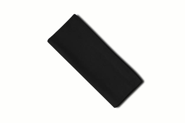 Gevouwen zwart katoenen servet dat op witte achtergrond wordt geïsoleerd