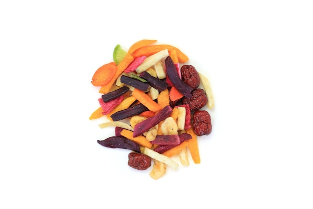Gevriesdroogde kleurrijke knapperige groenten en fruit op witte achtergrond. gemengd droogvoer voor de gezondheid. bovenaanzicht