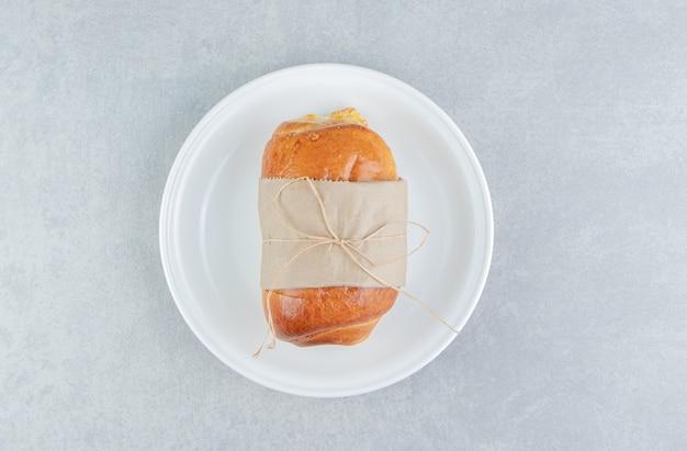 Gevuld lekker gebak op witte plaat.