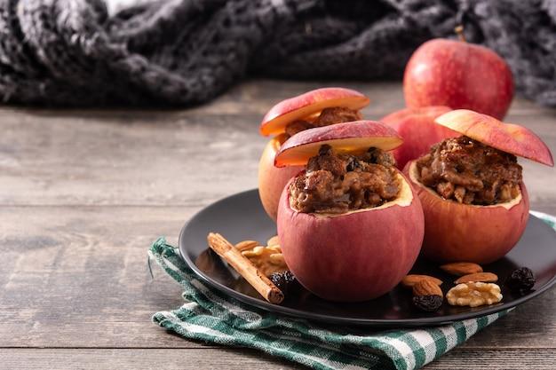 Gevulde appels gebakken met noten geïsoleerd op een houten tafel
