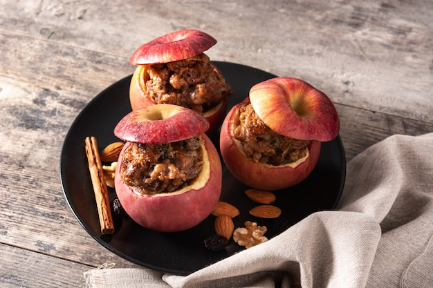 Gevulde appels gebakken met noten op houten tafel