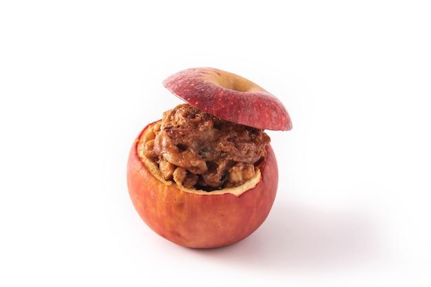 Gevulde appels gebakken met noten op wit wordt geïsoleerd