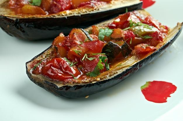 Gevulde aubergine. imam bayildi. gerechten gevonden in de turkse keuken