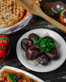 Gevulde aubergines op tafel