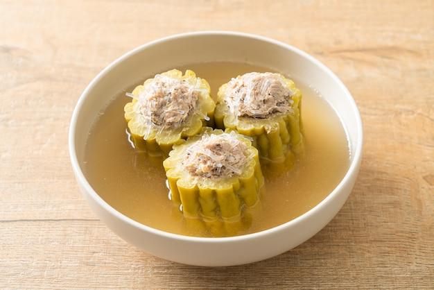 Gevulde bittere kalebas met gekruid varkensgehakt en vermicelli soepkom