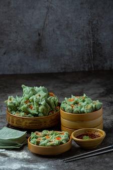 Gevulde bonen met varkensvlees en gezouten eieren aziatische keuken.