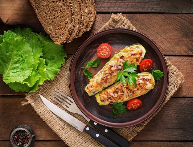 Gevulde courgette met kip, tomaten en ui met kaaskorst