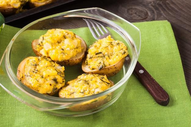 Gevulde gepofte aardappel met eieren, kaas en kruiden