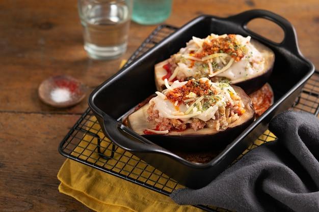 Gevulde geroosterde aubergine, eierplant of aubergine met een vlees en veggie
