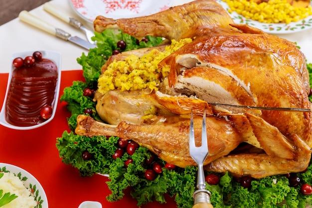 Gevulde kalkoen gegarneerd met veenbessen en boerenkool. thanksgiving day-menu