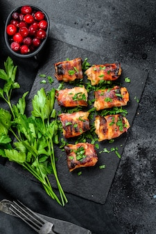 Gevulde kipfilets, in spek gerolde filets.